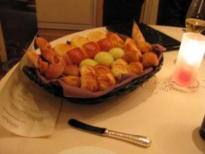 ジョエル・ロブションのパンはディナーコースの間も、ちょくちょく進められます(笑)
