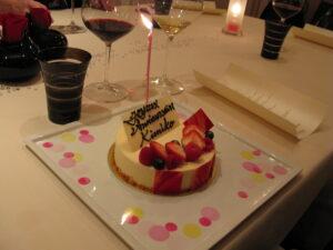 妹の誕生日祝いなので、シャンパンと一緒に用意してもらったジョエル・ロブションケーキは、お持ち帰りでいただきます。